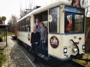 Die Mitglieder der BJL in der Tür einer historischen Straßenbahn